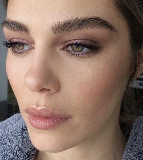 Natural Makeup - Beautiful eyebrows and neutral makeup - You only need to know some tricks to achieve a perfect image in a short time.