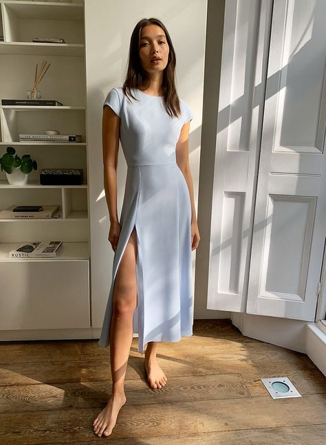 This is a minimalist dress with a round neckline, a fluted skirt, a thigh slit and a cut-out detail at the back. It's made with a crepe fabric that drapes beautifully. Dresses Elegant, Simple Dresses, Cute Dresses, Beautiful Dresses, Simple Dress Casual, Dresses For Work, Sweater Dresses, Classy Casual, Classy Style