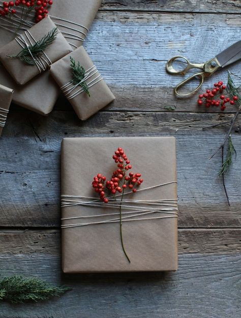 50 of the most beautiful Christmas gift wrapping ideas (with stacks of free printables!) - STYLE CURATOR - Simple gift wrapping Informations About 50 of the most beautiful Christmas gift wrapping ideas (with - Natural Christmas, Beautiful Christmas, Elegant Christmas, Christmas Gift Wrapping, Diy Christmas Gifts, Christmas 2019, Christmas Ideas, Holiday Gifts, Christmas Packages
