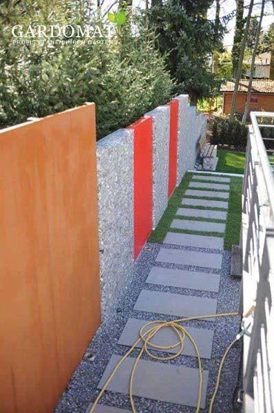 Sichtschutzwand Aus Cortenstahl Gabione Und Gefarbten Stahlwanden Davor Gartenweg Aus Trittplatten In Kies Und Rasen Garten Pflaster Garten Kiesgarten