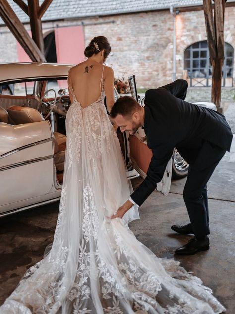 Herbsthochzeiten sind der Geheimtipp für Corona Hochzeiten 2021. Diese herbstliche Scheunenhochzeit im edel-rustikalen Stil ist garantiert eine tolle Alternative! #rusticwedding #bridaldress #brideandgroom
