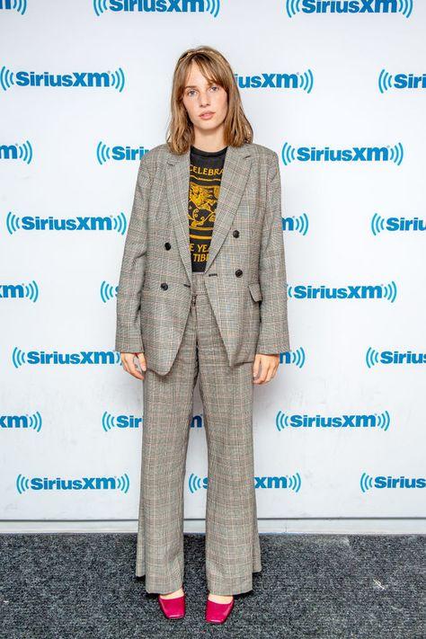 Классический костюм + винтажная футболка: Майя Хоук в Нью-Йорке (фото 1.1)