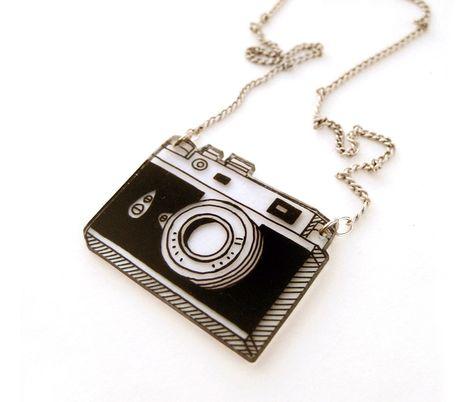 Appareil photo rétro rétractable en plastique collier par DOODLEWORM sur Etsy https://www.etsy.com/fr/listing/202849168/appareil-photo-retro-retractable-en