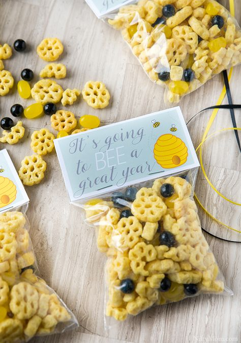 Dekoration day Gift Giveaway Honeycomb Mix Printables School Snack TagFirst Day of School Honeycomb Snack Mix & Gift Tag Printables GIVEAWAY! School Gifts, Student Gifts, School Snacks, School Fun, Teacher Gifts, Back To School, Kid Snacks, Lunch Snacks, School Days