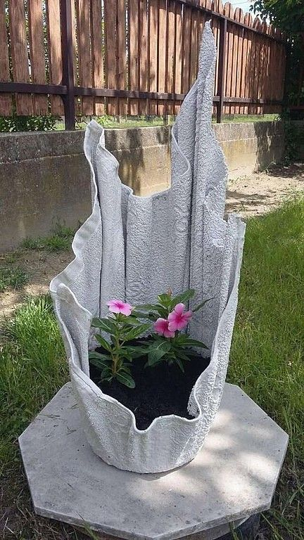 Diy concrete planters - Concrete draping tutorial Tests of 8 kinds of different fabrics & fibres for portland cement dipping to make draped concrete pots or characters - Backyard Diy Cement Planters, Cement Flower Pots, Cement Art, Concrete Pots, Concrete Crafts, Concrete Garden, Concrete Projects, Garden Planters, Garden Beds