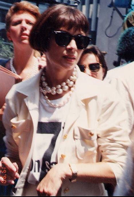YASSS...Anna Wintour 1990. anna rocking the 90s huge pearls with a black n white t and blazer!