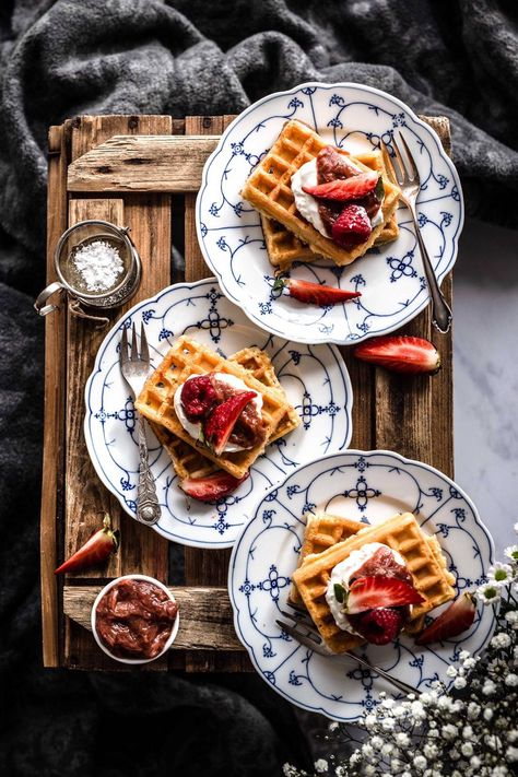 Hi everyone! Today we have Belgium Waffles for you which are perfect for a sweet breakfast on the weekend or an afternoon tea. Look how they are arranged and styled. If you want to find our more about foodstyling and -photography visit Klara & Ida. #Bildkompsoition #Foodfotografie #Foodphotography #Waffles #Waffeln #belgiumwaffles #Fruit #Fürhstück #Breakfast #Kuchen