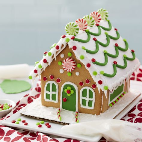 Best Gingerbread House Kit, Graham Cracker Gingerbread House, Cool Gingerbread Houses, Gingerbread House Designs, Gingerbread House Parties, Gingerbread House Decorating Ideas, Gingerbread Crafts, Ginger Bread House Diy, Types Of Candy