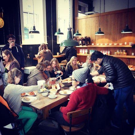 """@Monkee Koffee's photo: """"En las mesas comunales de un coffee shop cabe toda la familia."""""""