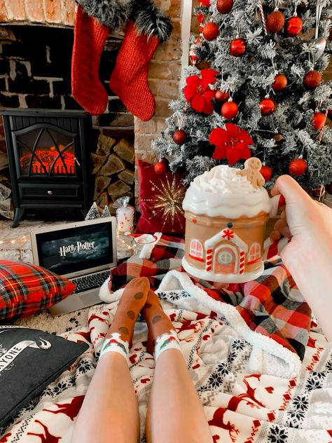 25 Films To Watch This Christmas (Pint Sized Beauty) All I Want For Christmas, Cosy Christmas, Christmas Feeling, Christmas Bedroom, Merry Little Christmas, Christmas Movies, Christmas Photos, Christmas Time, Christmas Porch