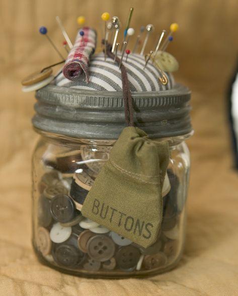 mason jar, Just a jar for the buttons no pincushion. Maybe a little sewing kit inside too. Mason Jar Projects, Mason Jar Crafts, Mason Jars, Jelly Jar Crafts, Sewing Hacks, Sewing Crafts, Sewing Kits, Pot Mason Diy, Do It Yourself Design