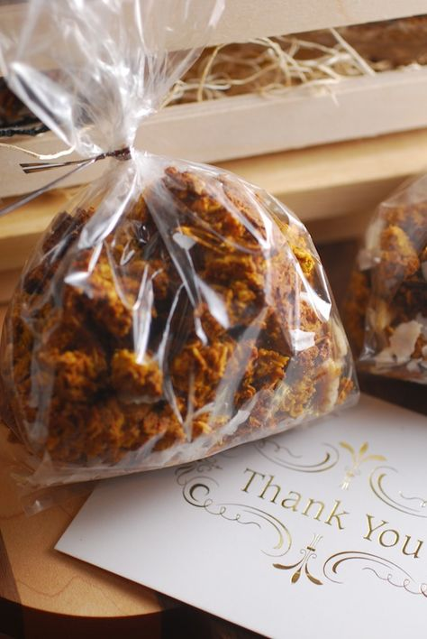 Spiced Pumpkin Granola-- perfect for Thanksgiving party favors! #thanksgiving #partycrafters #friendsgiving