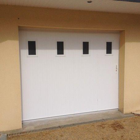 Porte De Garage Coulissante En Pvc 4 Panneaux Et Hublots Partie Haute Teinte Blanc Porte Garage Garage Porte De Garage Coulissante
