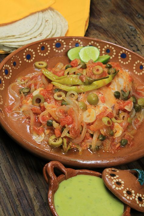 Te presentamos una receta muy tradicional del estado de Veracruz, en México. El pescado a la veracruzana es un platillo típico de la cocina mexicana, con un sabor delicioso, producto de su salsa de jitomate, cebolla, alcaparras, aceitunas y chiles gueros. Esta receta de pescado al horno es fácil de cocinar y con un sabor que te transportará al bello puerto de Veracruz.