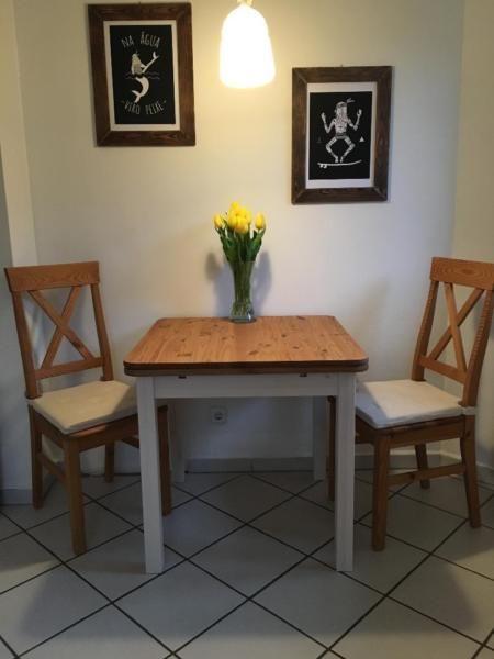 Wir Verkaufen Unseren Variablen Esstisch Mit Zwei Stuhlen Aus Echtholz Der Danischen Firma Danbo Er Ist Perfekt Fu Kleiner Esstisch Esstisch Ausziehbarer Tisch