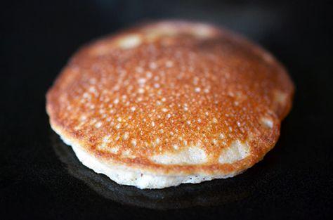Een lekker koolhydraatarm ontbijtgerecht, kaneel en kokos pancakes. Dit is een heerlijk koolhydraatarm alternatief voor een koolhydraatrijke pancake.