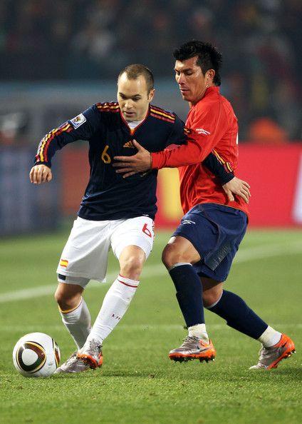Gary Medel Photos Photos Chile V Spain Group H 2010 Fifa World Cup World Cup Fifa World Cup Iniesta
