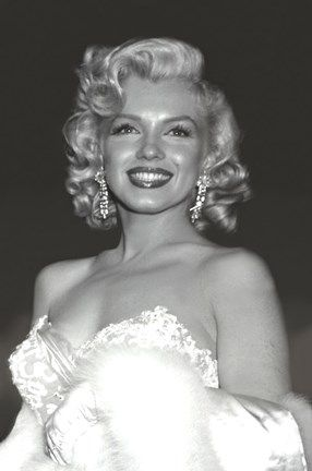 "Marilyn Monroe at the premiere for ""Hiw To Marry A Millionaire"" 1953 Estilo Marilyn Monroe, Marilyn Monroe Stil, Marilyn Monroe Poster, Marilyn Monroe Photos, Marilyn Monroe Wallpaper, Marylin Monroe Style, Marilyn Monroe Movies, Norma Jean Marilyn Monroe, Classy Aesthetic"