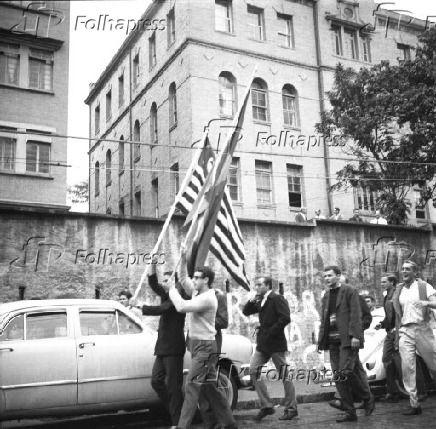 Legenda Golpe De 1964 Ao Receberem A Noticia Da Renuncia De Joao Goulart Estudantes Do Mackenzie Sairam Em Passeata Ate A Prac Fotos Fotos Antigas Sao Paulo
