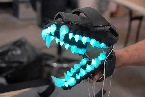 Animatronic jaw with blue bioluminescent teeth of the alien creatures from Attack The Block, built by Spectral Motion. Fursuit Tutorial, Wolf Costume, Arte Robot, Cool Masks, Cosplay Diy, Cosplay Armor, Cosplay Ideas, Alien Creatures, Anime Outfits