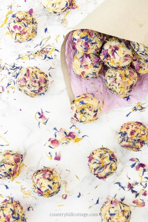 Add luxury to your bath time with floral DIY bath creamers! Homemade bath creamers are a mix of fizzy bath bombs and nourishing bath melts. Diy Cosmetic, Lotion, Fizzy Bath Bombs, Bath Melts, Bath Fizzies, Bath Soak, Wine Bottle Crafts, Homemade Beauty Products, Beauty Recipe