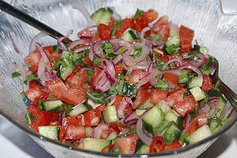 Türkischer Tomatensalat Zutaten 100 g Zwiebel(n) ½ TL Salz 500 g Tomate(n) 250 g Gurke(n) 1 kleine Peperoni ½ Bund Petersilie, glatte Für das Dressing: 25 ml Zitronensaft, frisch gepresster 25 ml Öl Salz
