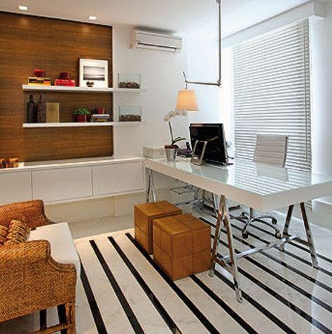 Escritório com prateleiras de laca branca (4cm) + painel de madeira + objetos lindos. Via revista Casa Mix.