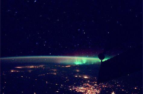 L'aurora boreale è un fenomeno che stupisce sempre http://tuttacronaca.wordpress.com/2013/10/07/laurora-boreale-di-parmitano/