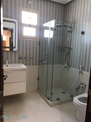 للإيجار شقة راقية تشطيب Vip في بيان مع بلكونة كبيرة عبارة عن ٣ غرف نوم منهم واحدة ماستر كبيرة صالة كبيرة غرفة خدامة مع حمام مطبخ مجهز بلكونة Bathroom Bathtub