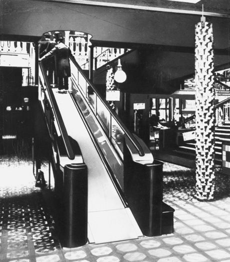En Harrods, Londres, se instaló en 1898, una pendiente suave, formada por 224 piezas de cuero unidos entre sí . Los dependientes estuvieron disponibles para dispensar brandy y sales aromáticas, a hombres y mujeres, pues fue un primer paseo vertiginoso .