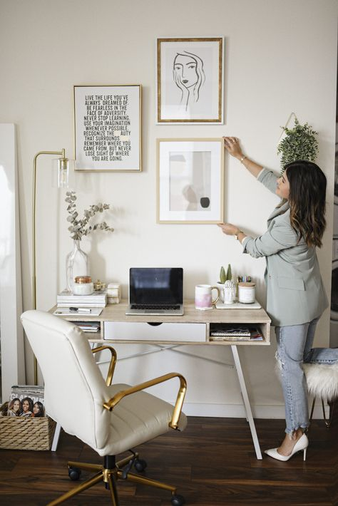 Home office decor ideas for those who enjoy a space with neutral colors, marble accents, minimalist wall art and simple but eyet chic gold accessories. Cozy Home Office, Chic Office Decor, Home Office Setup, Home Office Organization, Home Office Design, Office Ideas, Interior Office, Office Designs, Office In Bedroom Ideas