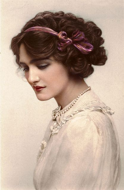 Lily Elsie was a popular English actress during the Edwardian era. She was cast in many plays including the popular The Merry Widow. Due to her beauty and charm, she became one of the most photographed women in the Edwardian Era. She is absolutely. Lily Elsie, Victorian Women, Edwardian Era, Edwardian Fashion, Vintage Fashion, Modern Victorian, Edwardian Hairstyles, Vintage Hairstyles, 50s Hairstyles