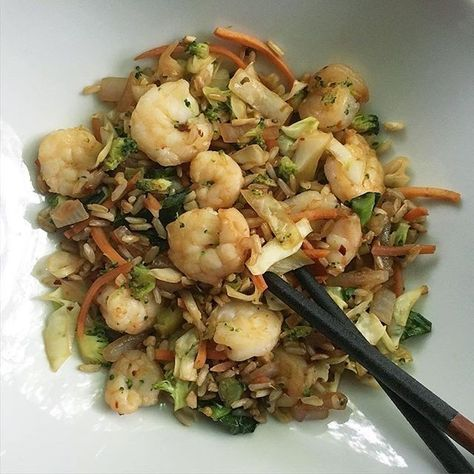 Some fried rice a la fitgirl for lunch today! I used to hate brown rice but we've became good friends on this fitness journey For my protein I used shrimp (obvi) and for my veggies I used: shredded carrots cabbage broccoli red onion and Chinese kale (my mom has this stuff in her garden and it is amazing... I have no idea where you can buy it though lol. I'm sure some of y'all know!) Happy hump day lovelies!! #28dayjumpstart #makeyourownmagic #fitkinibodychallenge #fitgirlscook #fitgirl...