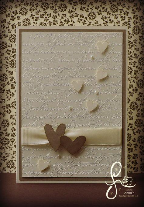 Diese Hochzeitskarte habe ich schlicht in den Farben Vanille pur und Savanne gehalten. Um ihr das gewisse Etwas zu verleihen habe ich den Hintergrund mit dem Stempel En Français weiß embossed. Die Herzen habe ich mit Abstandshalter aufgeklebt um der Karte noch etwas Dimension zu geben. Ein paar schicke Perlen lassen das ganze noch etwas […]