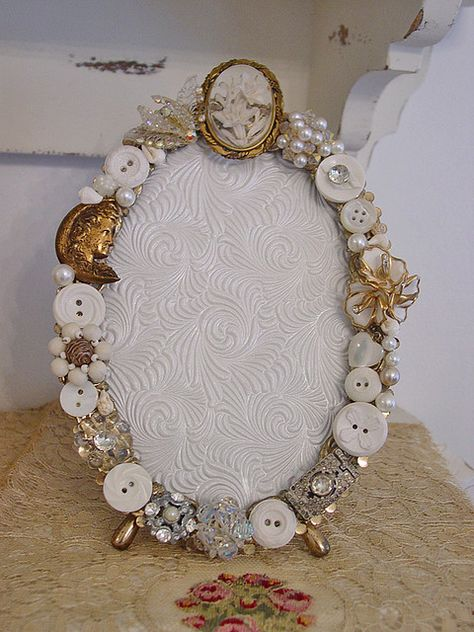 Vintage Button & Jewelry Picture Frame ~ I so love old buttons!
