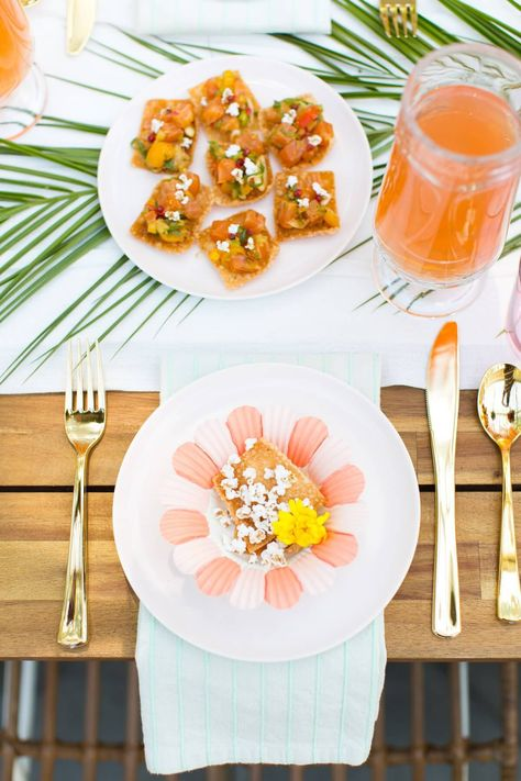Almoço de verão com mesa tropical e lustre com flores - Decostore