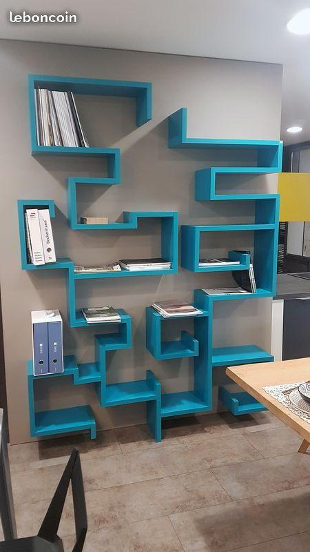 Une Creation Des Ateliers Groizeau A Teille La Bibliotheque Bleue Suspendue Presente Pres De 20 Emplacements Pour Meuble Suspendu Mobilier De Salon Bar Deco