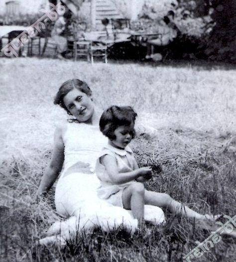 Détail de l'image -1939, Brigitte et sa maman dans leur maison familiale de vacances