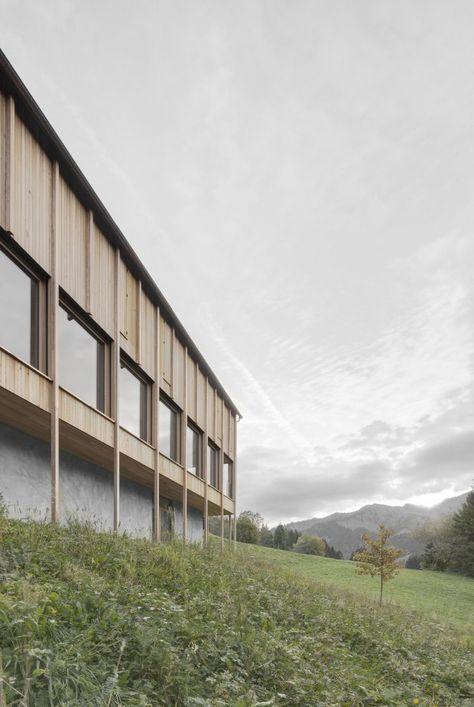 cette maison familiale situee dans un petit village de la montagne autrichienne est une realisation du studio bernardo bader architects les architectes on