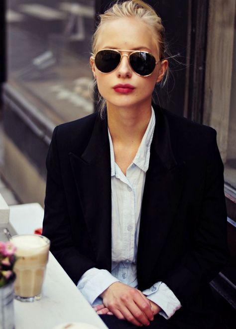 Lunettes de soleil aviateurs + trait de rouge à lèvres + blazer noir = le bon mix