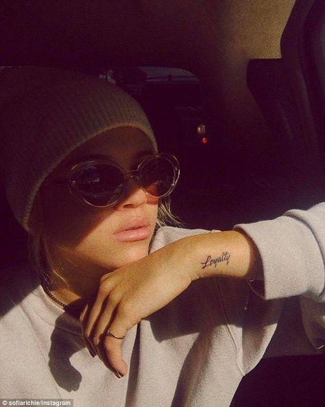 Une autre empreinte! L'adolescente vient d'ajouter un nouveau tatouage à sa collection grandissante ... #autre #Collection #d39ajouter #empreinte #grandissante #L39adolescente #nouveau