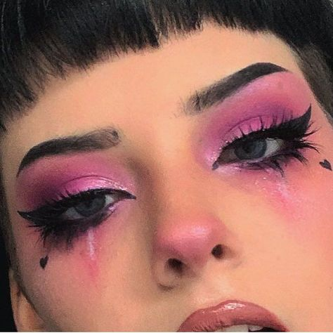 Are you looking for inspiration for your Halloween make-up? Browse around this website for unique Halloween makeup looks. Edgy Makeup, Pink Makeup, Makeup Inspo, Makeup Inspiration, Makeup Style, Makeup Ideas, Soft Grunge Makeup, Makeup Trends, Makeup Case