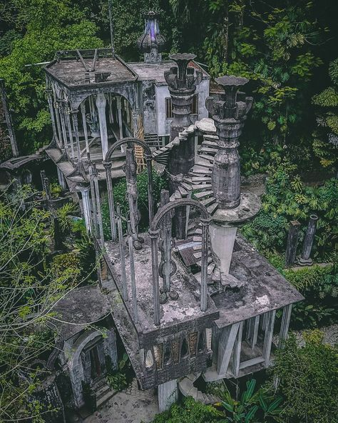 Architecture Discover The Strange Story Of Xilitla The Hidden Surreal Wonderland In The Middle Of The Jungle Abandoned Castles, Abandoned Mansions, Abandoned Buildings, Abandoned Places, Haunted Places, Abandoned Plantations, Real Haunted Houses, Creepy Houses, Abandoned Amusement Parks