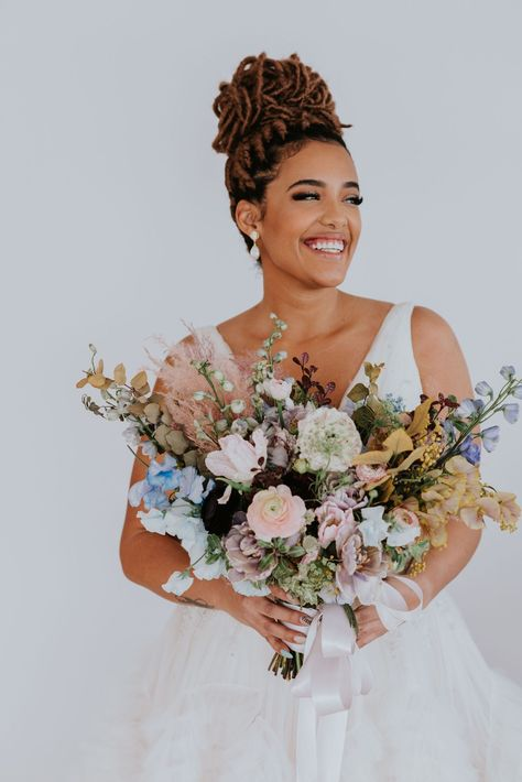 The perfect spring wedding flower bouquet for a bride getting married in the spring! Now featrued on Green Wedding Shoes! Tap the image to learn more about this spring wedding styled shoot! #springflowers #springwedding #gardenwedding