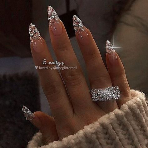 Glitter almond nail art designs are very suitable for summer. Glitter on your nails will catch everyone's eyes. You can try to design with nude nails and gold glitter nails. Glitters can be used on one nail because it looks more elegant and fashionab