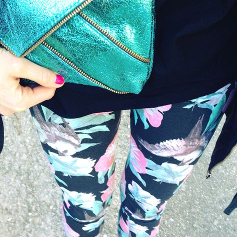 Idea #outfit sporty dai colori tropicali. More info: http://thefashionamy.blogspot.it/2014/02/tropical-colors-and-funny-graphic.html