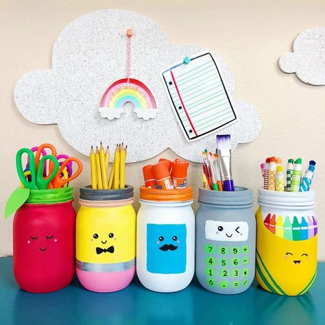 This mason jars craft for schools supplies is perfect for teacher gifts, classroom decor, teacher appreciation gifts and back-to-school gifts. Mason Jar Crafts, Mason Jar Diy, Paint For Mason Jars, Bottle Crafts, School Supply Storage, Teacher Storage, Craft Organization, Pot A Crayon, Diy School Supplies