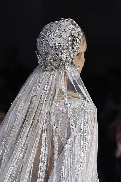 See all the details from Elie Saab's Couture Spring 2018 collection. wedding headpiece Details at Elie Saab Couture Spring 2018 Elie Saab Couture, Vestidos Marchesa, Elie Saab Bridal, Collection Couture, Bridal Collection, Elie Saab Spring, Vestidos Vintage, Wedding Veils, Wedding Lingerie