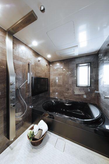 黒の浴槽とダークなグレー系の組石の壁が 家全体の雰囲気とマッチしています 手前の白い洗面とのコントラストも見事です 浴室 インテリア 浴室 デザイン ユニットバス