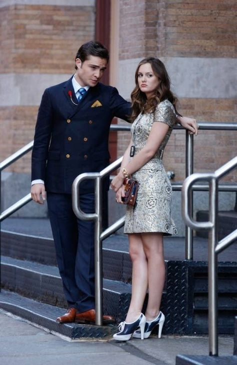Ed Westwick And Leighton Meester as Chuck and Blair on Gossip Girl Gossip Girl Chuck, Gossip Girl Blair, Gossip Girls, Moda Gossip Girl, Estilo Gossip Girl, Gossip Girl Outfits, Gossip Girl Fashion, Gossip Girl Style, 90s Girl Fashion